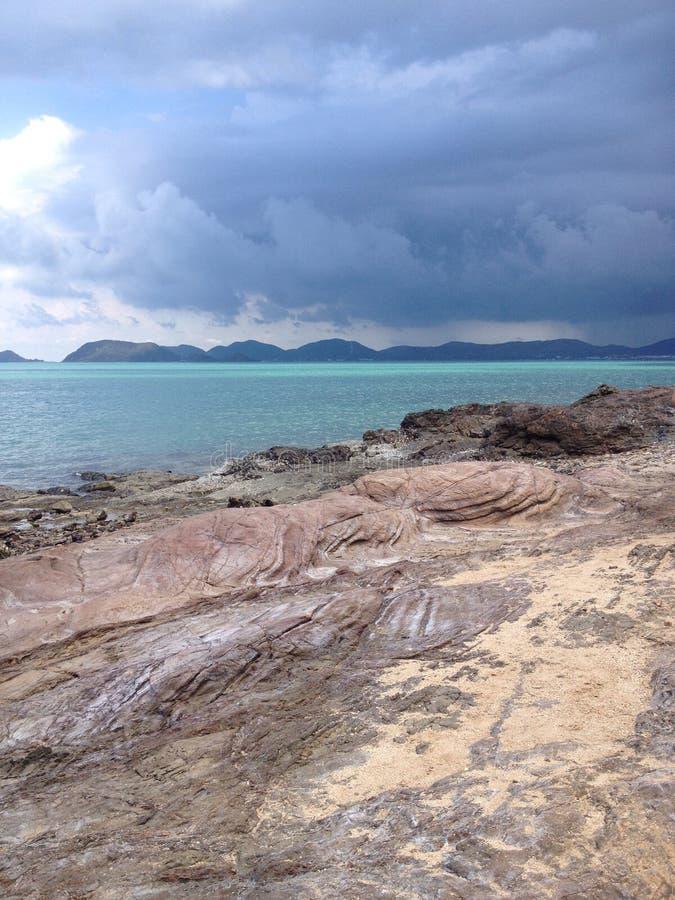 Praia e mar tropical com água clara imagens de stock royalty free