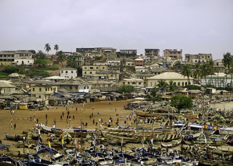 Praia e mercado em Ghana