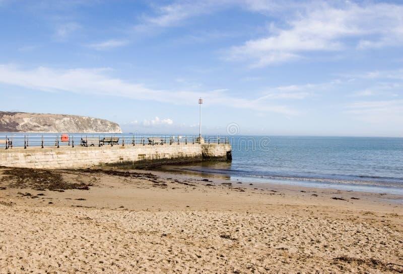 Praia e molhe, Swanage, Dorset imagem de stock