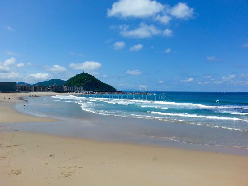 Praia e montanha de Zurriola fotografia de stock royalty free