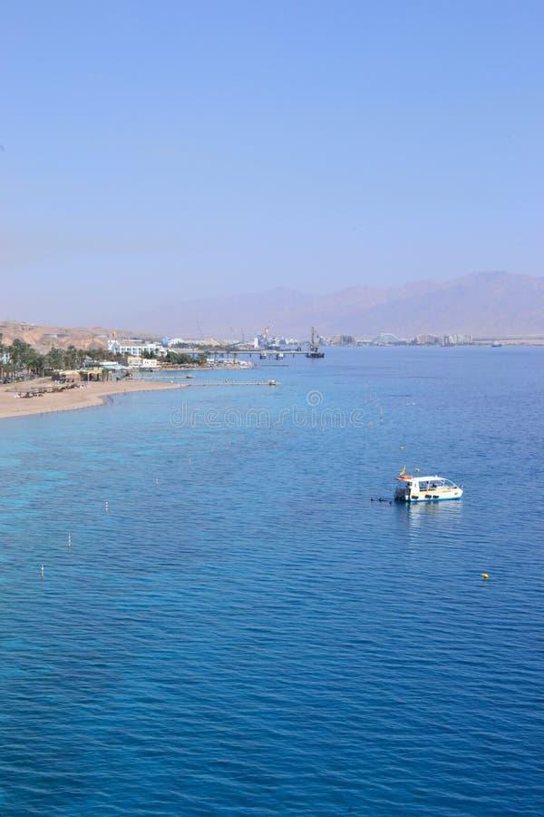 Praia e montanhas da água de turquesa do Mar Vermelho em Eilat, Israel fotografia de stock