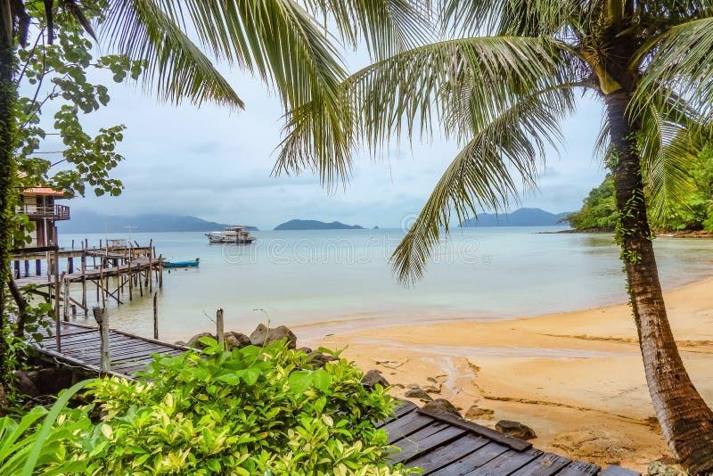 Praia e natureza tropicais id?lico bonitas ao lado do oceano na ilha Trat Tail?ndia do wai do Koh imagens de stock