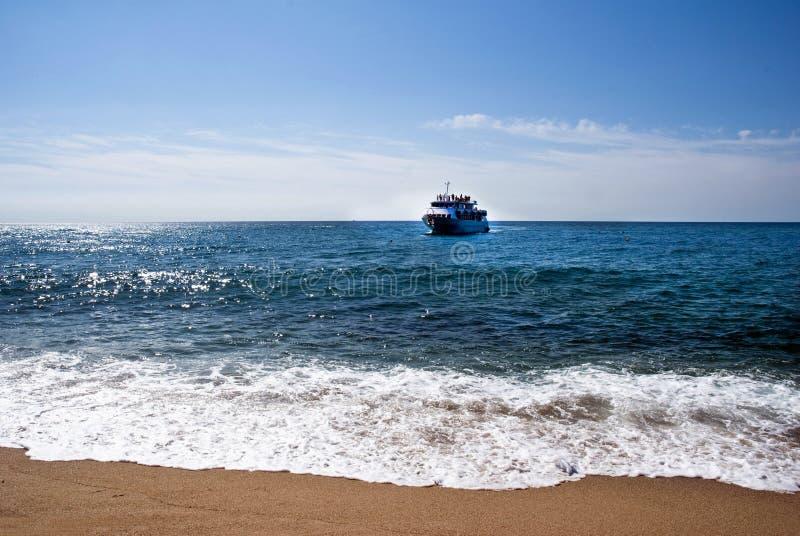 Praia e navio de cruzeiros foto de stock