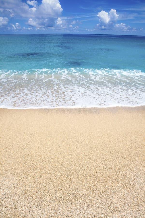 Praia e nuvem brancas da areia foto de stock royalty free