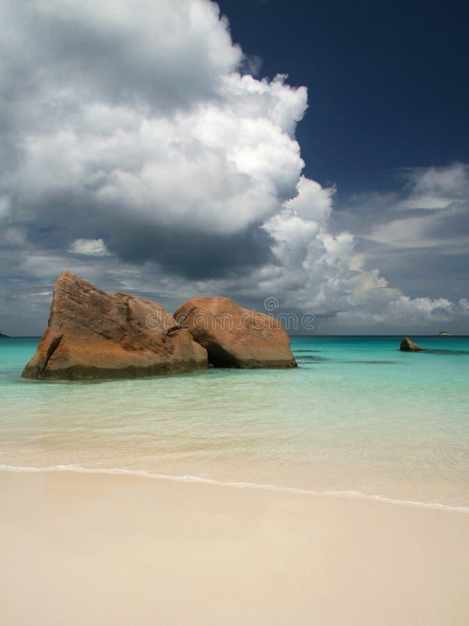 Praia e nuvens fotografia de stock