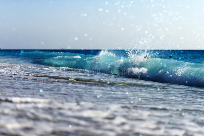 a praia e o mar acenam com luzes do bokeh imagens de stock