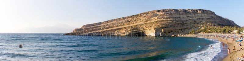 A praia e o penhasco de Matala com cavernas fotografia de stock