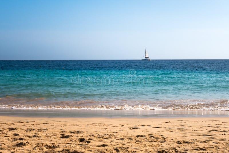 Praia e Oceano Atlântico bonitos na ilha de Fuerteventura imagens de stock royalty free