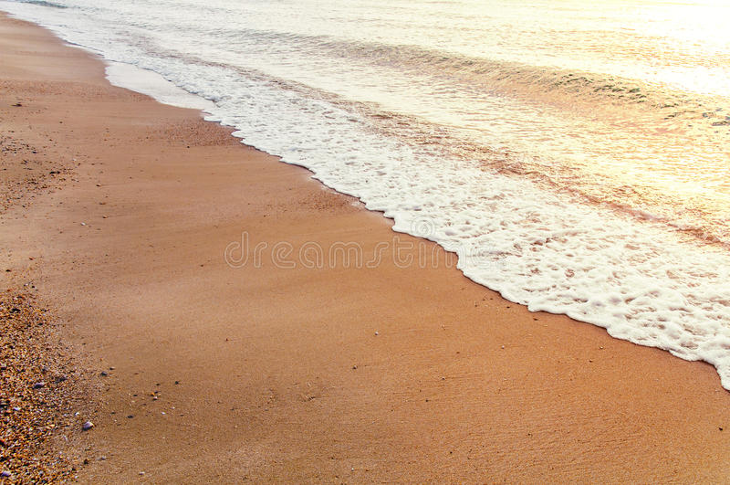 Praia e oceano cedo na manhã com sol ardente imagem de stock royalty free