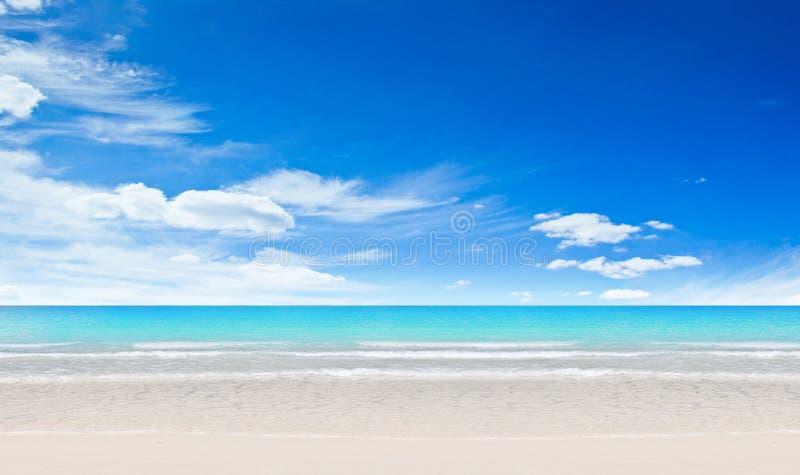 Download Praia e oceano tropicais foto de stock. Imagem de outdoors - 26517362