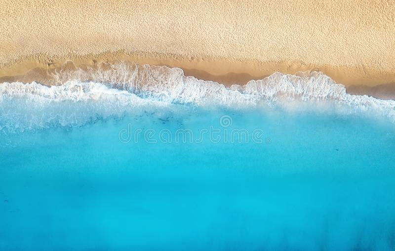 Praia e ondas da vista superior Fundo da água de turquesa da vista superior Seascape do verão do ar fotografia de stock royalty free