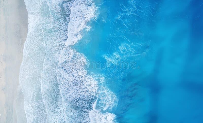 Praia e ondas da vista superior Fundo da água de turquesa da vista superior Seascape do verão do ar Vista superior do zangão fotografia de stock
