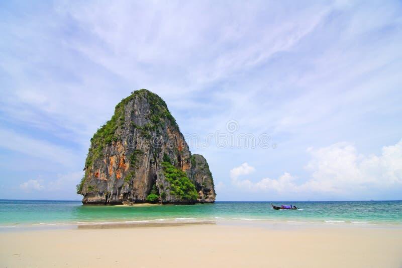Praia e penhasco imagem de stock
