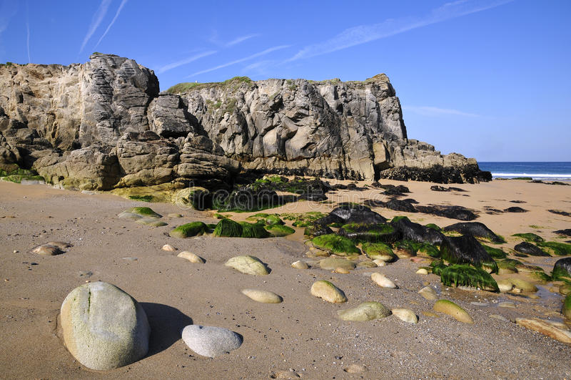 Praia e penhasco em Quiberon em France imagens de stock