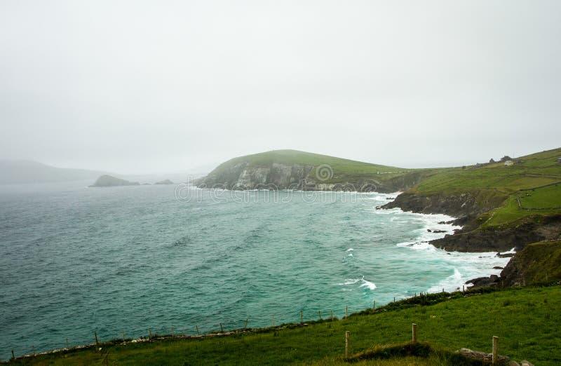 Praia e penhascos da península do Dingle imagem de stock royalty free