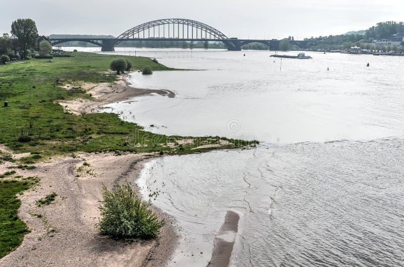 A praia e a ponte foto de stock royalty free
