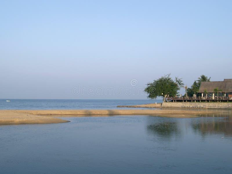 Praia e restaurante da praia em Tailândia imagem de stock royalty free