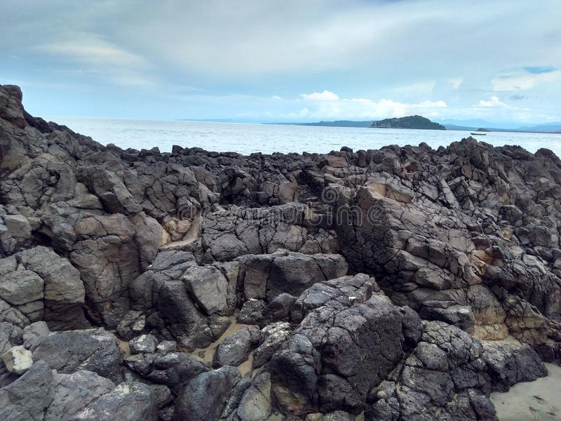 Praia e rochas fotografia de stock