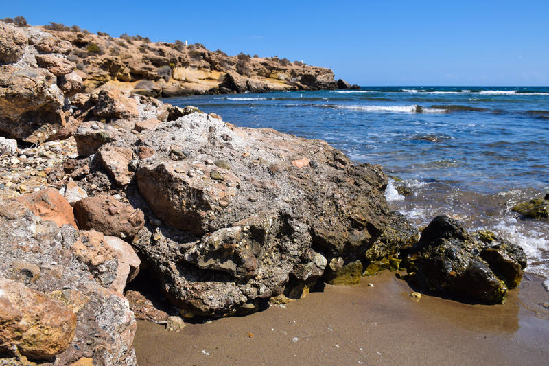 Praia e rochas imagem de stock royalty free