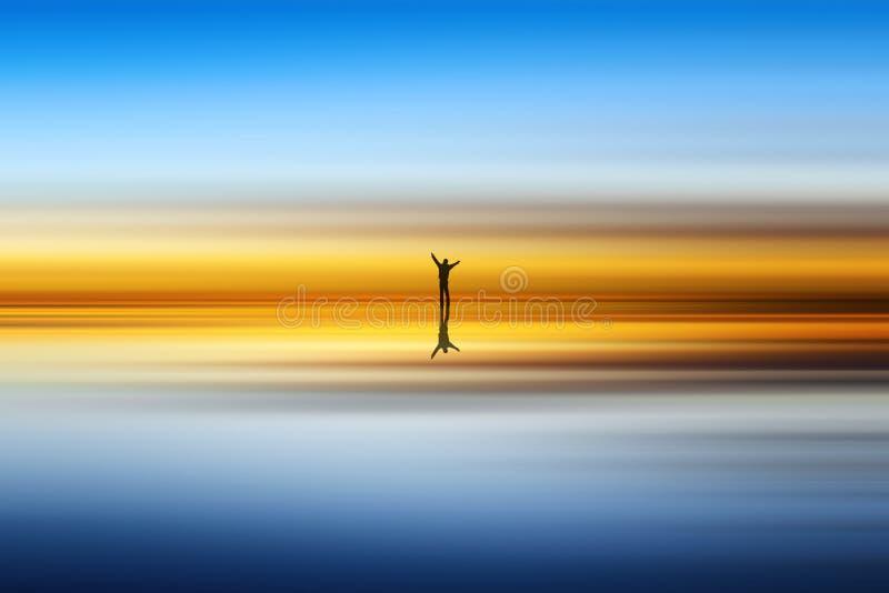 Praia e silhueta do homem imagem de stock