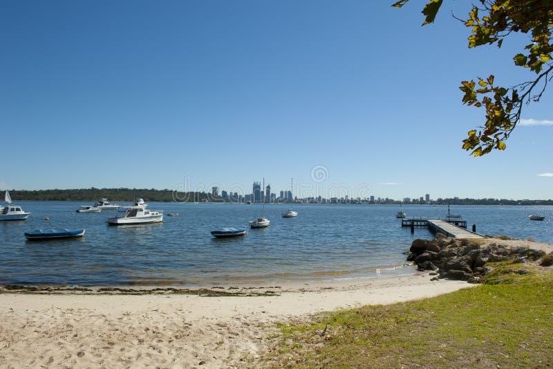 Praia e skyline de Perth imagens de stock