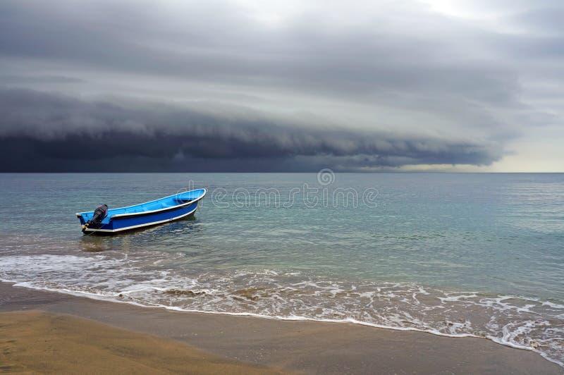 Praia e tempestade com nuvens de ameaça imagens de stock