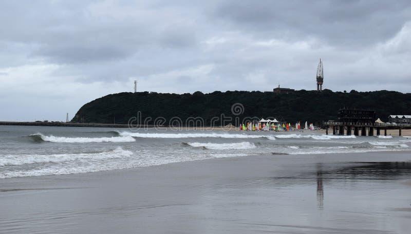 Praia e velas amarelas foto de stock