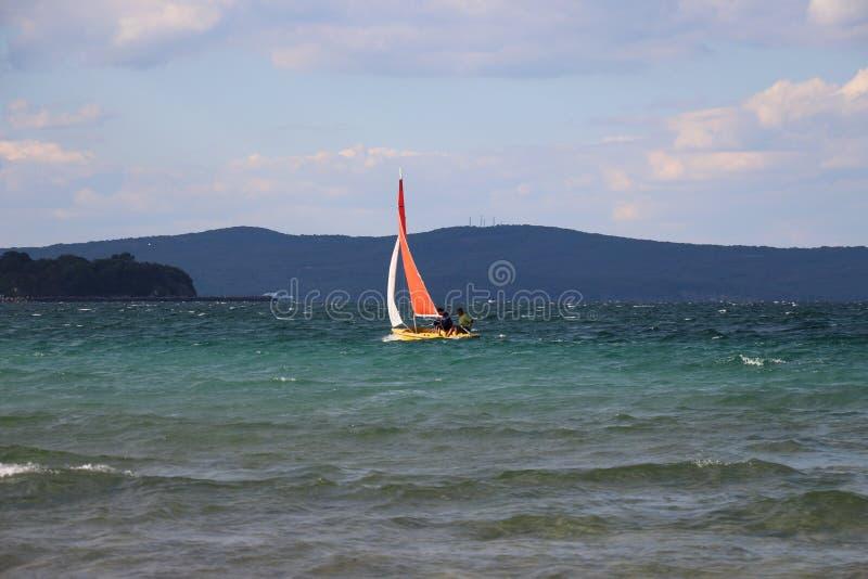 Praia em Bulgária Barco no mar fotografia de stock