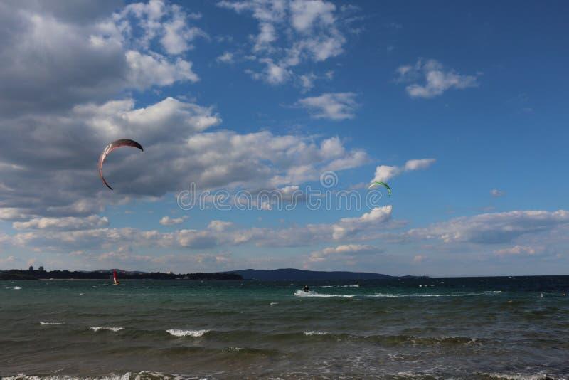 Praia em Bulgária Surfar do papagaio Esportes de água imagem de stock royalty free