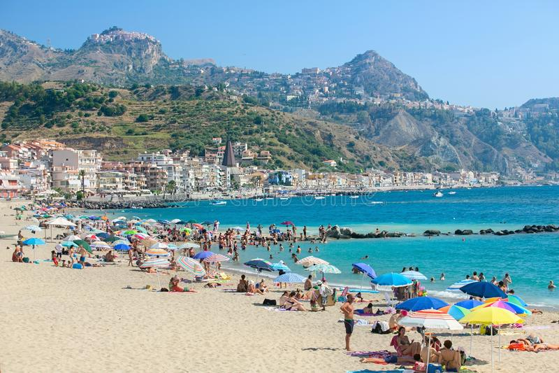 Praia em Giardini Naxos, Sicília imagem de stock