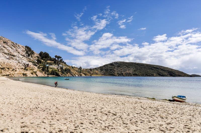 Praia em Isla del Sol no lago Titicaca em Bolívia fotos de stock royalty free