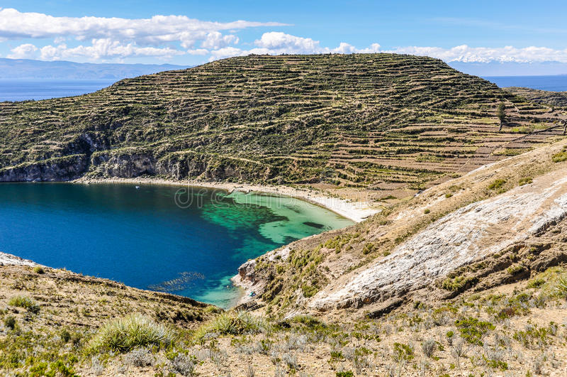 Praia em Isla del Sol no lago Titicaca em Bolívia foto de stock