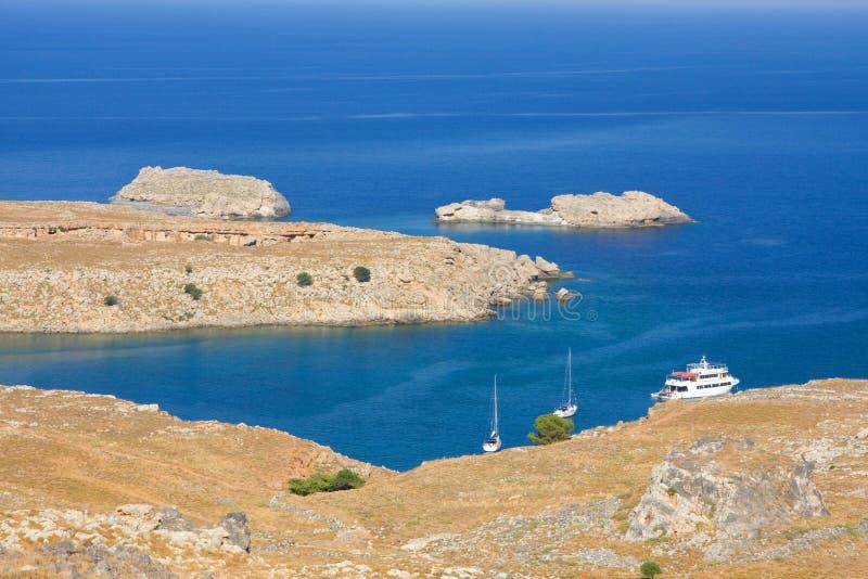 Praia em Lindos, o Rodes, uma das ilhas de Dodecanese no Mar Egeu, Grécia. imagens de stock royalty free
