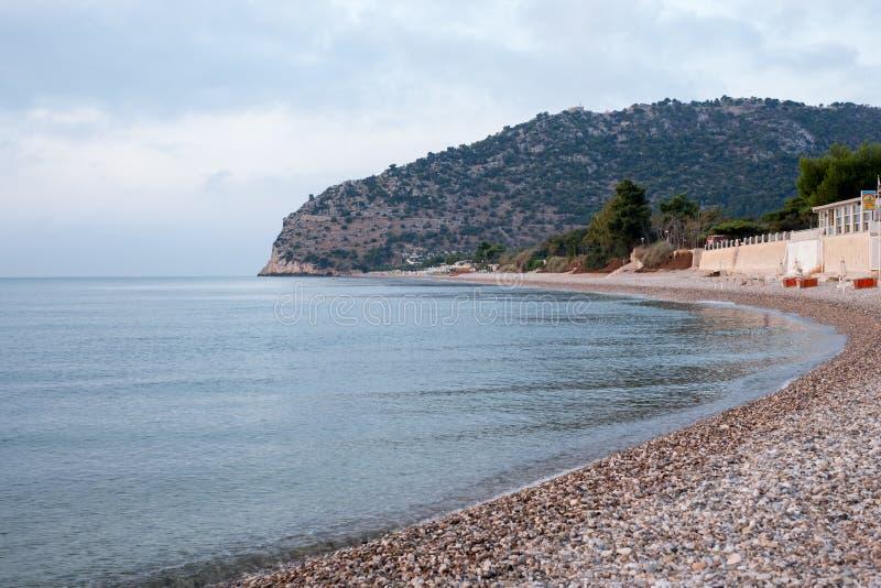 A praia em Mattinata, península de Gargano, Puglia, Itália Fotografado cedo na manhã no fim do verão imagens de stock