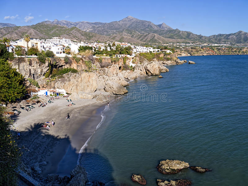 A praia em Nerja na extremidade oriental de Costa del Sol na Espanha foto de stock
