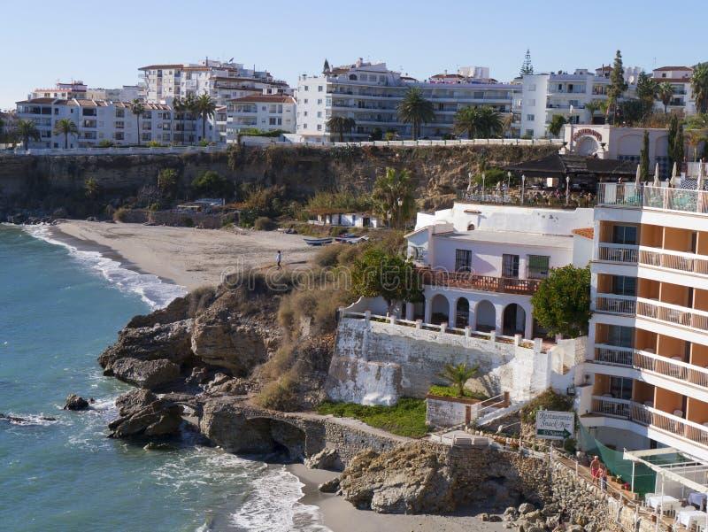 A praia em Nerja na extremidade oriental de Costa del Sol na Espanha imagens de stock