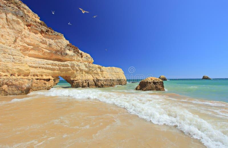 Praia em Portimao, o Algarve da Dinamarca Rocha do Praia fotos de stock royalty free