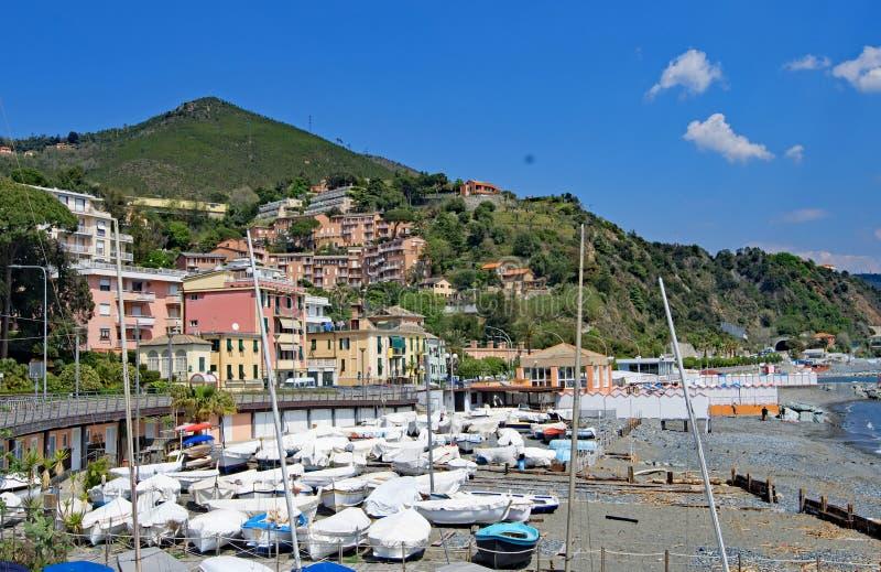 Praia em um dia do céu azul, Arenzano de Arenzano, Liguria, Itália imagem de stock royalty free