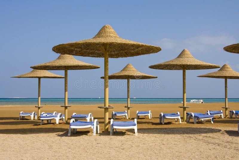 Praia em um dia ensolarado. imagem de stock