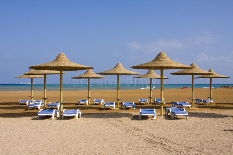 Praia em um dia ensolarado. imagens de stock