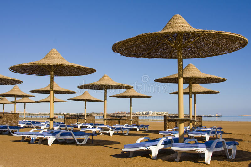 Praia em um dia ensolarado. foto de stock