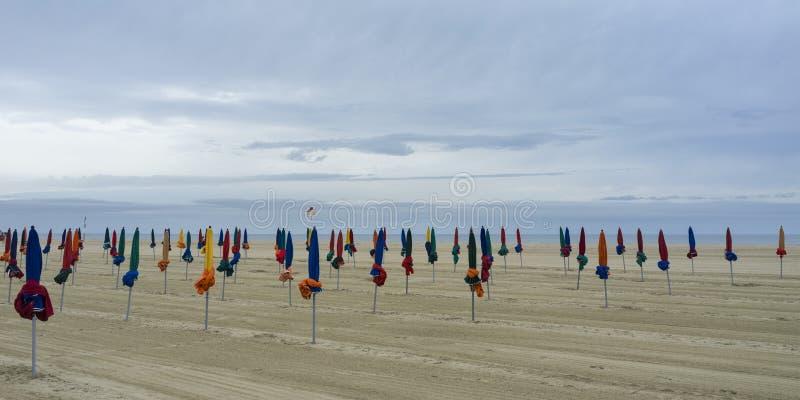 Praia em uma manhã nebulosa, Normandy de Deauville, França fotos de stock royalty free