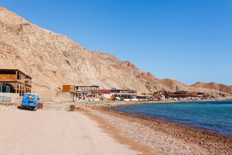 Praia ensolarada do recurso na costa da costa do Mar Vermelho em Dahab, Sinai, Egito, ?sia no ver?o quente Furo azul do destino f fotos de stock royalty free