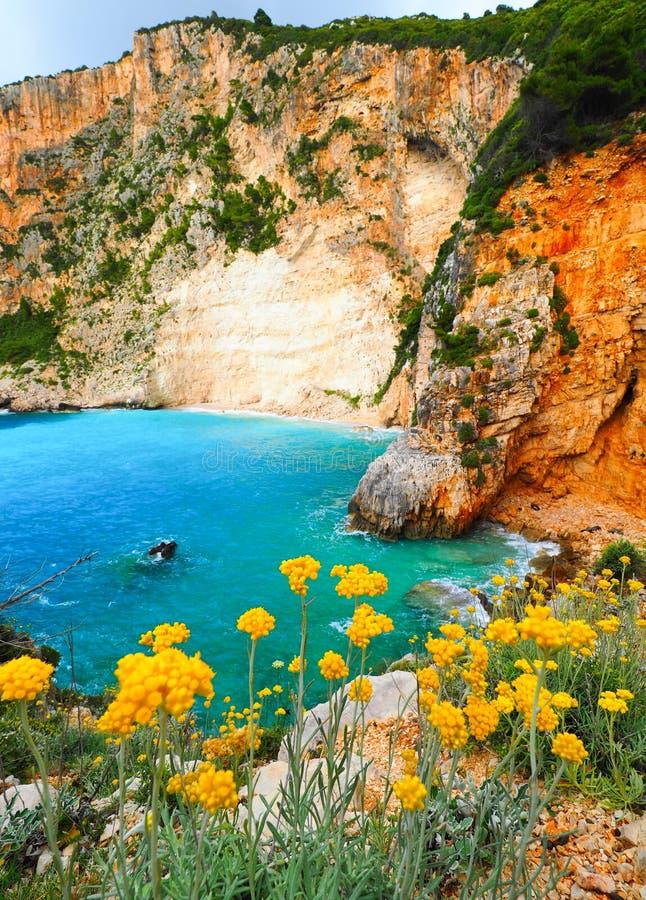 Praia escondida grega em Zakynthos com águas azuis e summ icônicos imagens de stock