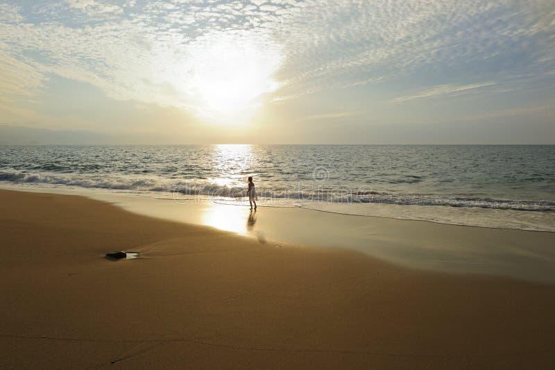 Praia espiritual do por do sol do oceano da menina da alma fotografia de stock