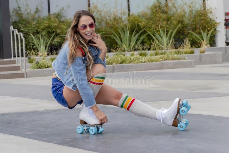 Praia fêmea moreno bonita de Rollerskates At The do modelo imagens de stock royalty free
