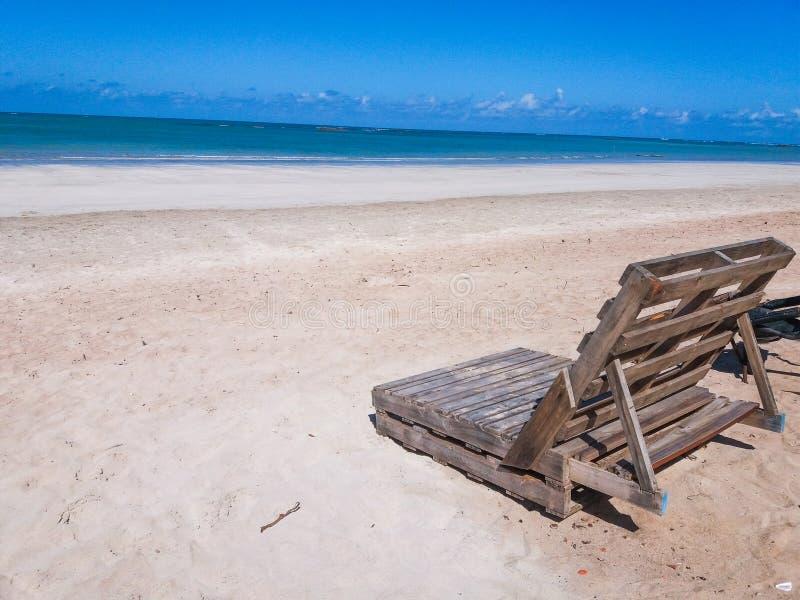 Praia för Cadeira de praia de palettna gör marceneiroem-alagoas royaltyfria foton