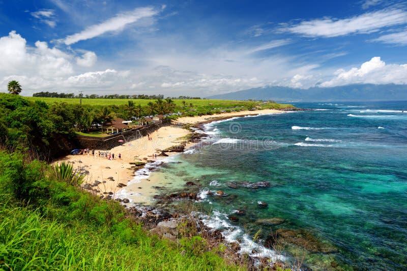A praia famosa de Hookipa, ponto surfando popular encheu-se com uma praia branca da areia, as áreas de piquenique e os pavilhões  fotos de stock royalty free
