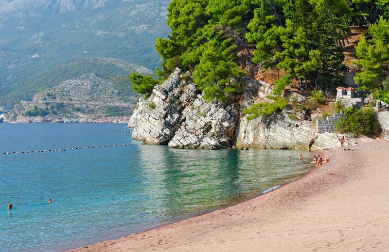 Praia famosa na costa de Budva perto da ilha Sveti Stefan, Montenegro foto de stock royalty free