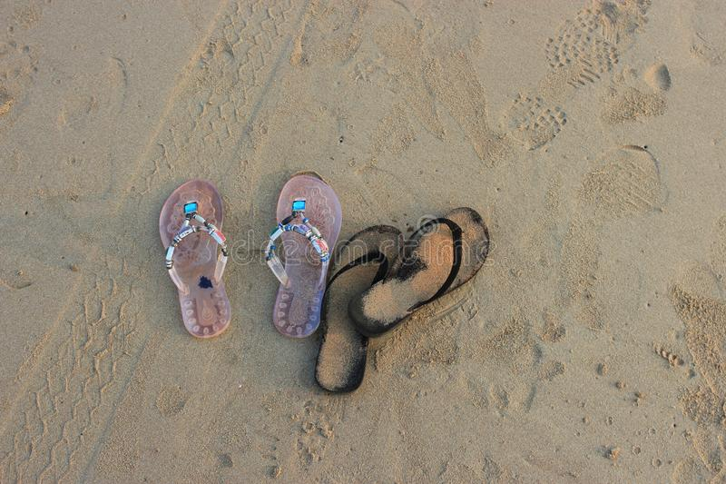 Praia, flip-flops para a areia fotos de stock royalty free